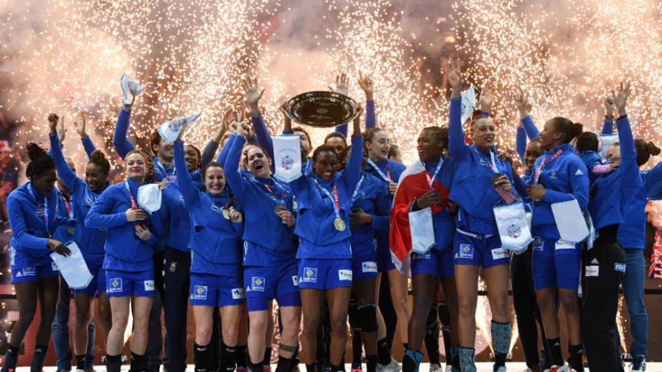 Un an après son titre de championne du monde, l'équipe de France de handball féminine s'est offerte, pour la première fois de son histoire, le titre continental, chez elle, face à la Russie (24-21). Ne leur manque plus que la médaille d'or olympique  à leur palmarès