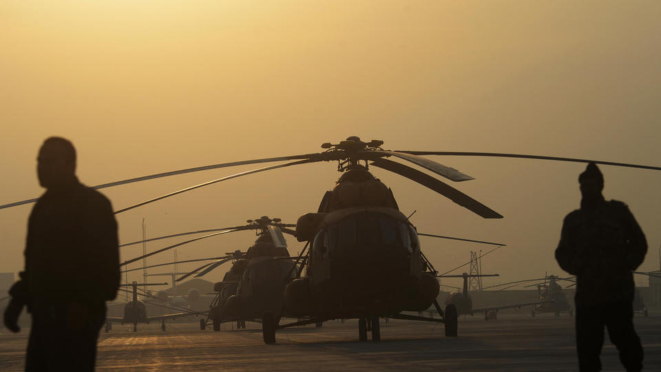 Des hélicoptères militaires à l'aéroport international de Kaboul, en 2014.
