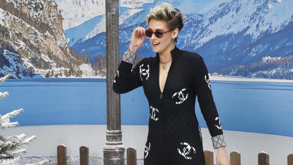 Kristen Stewart, en combinaison moulante noire frappée du double C de la marque.