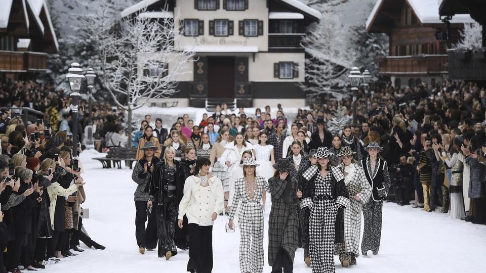Le défilé a été la première occasion publique pour Chanel de rendre un hommage discret au dernier des géants de la haute couture, qui n'a pas voulu de cérémonie officielle après sa mort. Conformément aux souhaits de Karl Lagerfeld, décédé le 19 février à 85 ans, une cérémonie de crémation a eu lieu dans la plus stricte intimité.