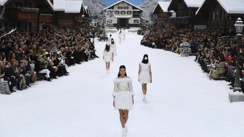 Le blanc a dominé cette collection placée sous le signe de la neige, et signée de Karl Lagerfeld et de Virginie Viard, son bras droit qui lui succède.