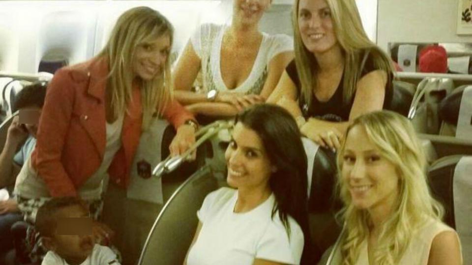 Fiona Cabaye se tient debout à gauche, aux côtés de Claire Koscielny et Ludivine Debouchy. Ludivine Sagna est assise au centre, avec Sandra Evra à sa droite. Les femmes des Bleus sont dans l'avion en direction du Brésil le dimanche 22 juin.
