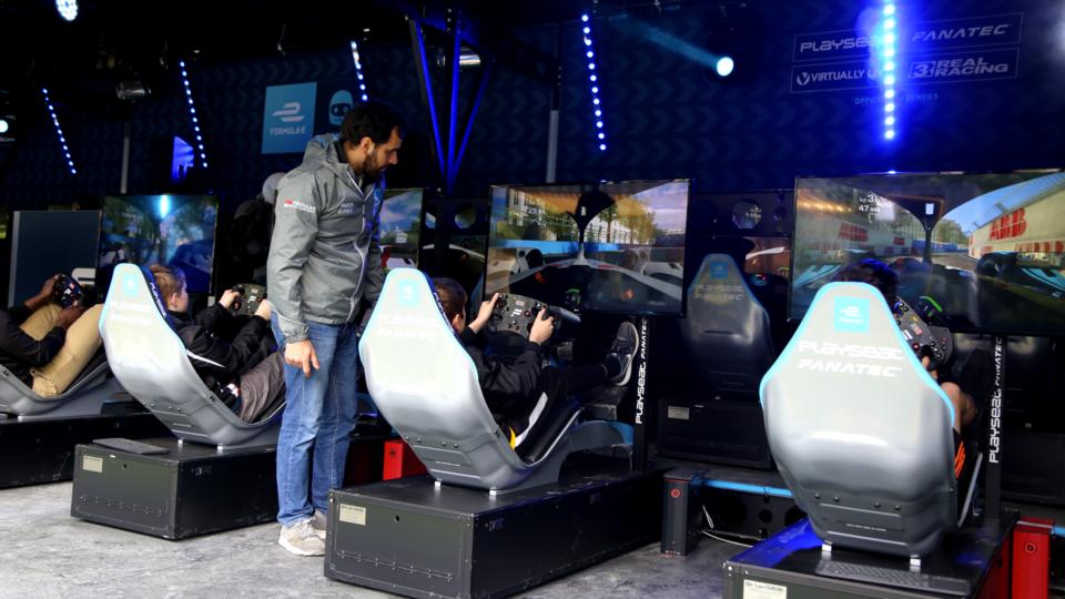 La Formule E à Paris, c'est aussi une foule d'activité, comme ce stand d'e-sport dédié aux jeux vidéos de courses automobiles.