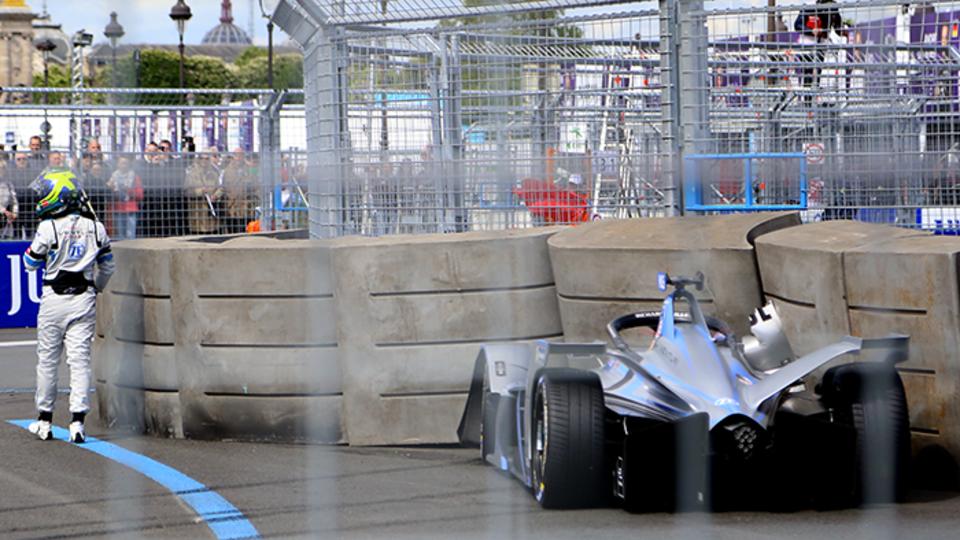 Felipe Massa, ancien pilote de Formule 1 chez Ferrari n'a pas été des plus chanceux. Après quelques tours vendredi, il s'est empalé dans le mur et a dû retourner aux stands à pied. Il se rattrapera tant bien que mal lors de la course de samedi, en terminant 9e.