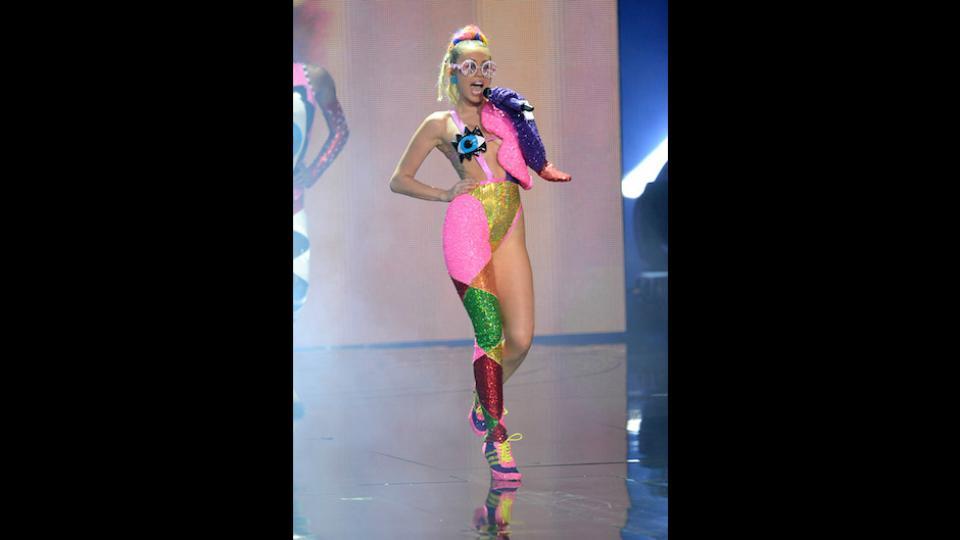 Lunettes Peace and love et Adidas à talons, Miley ouvre l'oeil et le bon