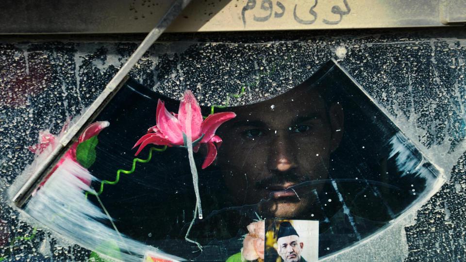 Un soldat regarde par la fenêtre de son véhicule blindé, près de la frontière pakistanaise, en 2014.