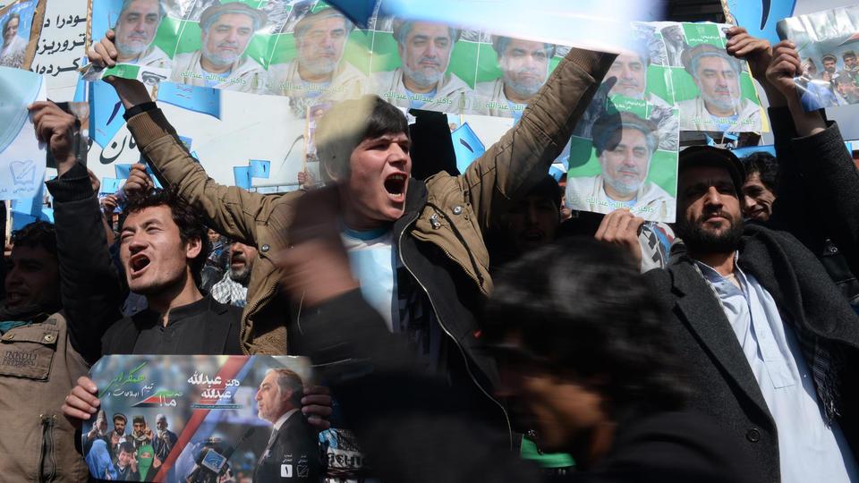 Des supporters du candidat Abdullah Abdullah brandissent son portrait, en 2014.