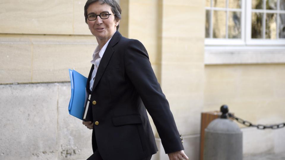 La secrétaire d'État chargée du Commerce, de l'Artisanat, de la Consommation et de l'Économie sociale et solidaire, Valérie Fourneyron, démissionne le 3 juin 2014 pour raison de santé. Elle est remplacée par Carole Delga.