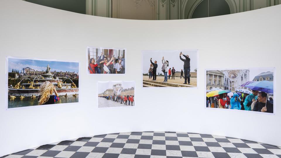 """Vue de l'exposition """" Versailles - Visible / Invisible"""", château de Versailles, 2019 Courtesy de l'artiste Martin Parr"""