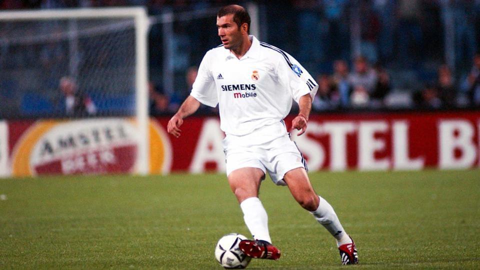 Zinedine Zidane de la Juventus Turin au Real Madrid pour 75 millions d'euros à l'été 2001.