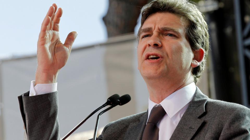 Arnaud Montebourg, ministre de l'Économie, du Redressement productif et du Numérique dans le premier gouvernement de Manuel Valls, critique l'action du gouvernement. Il perd ses fonctions le 25 août 2014, lors de la démission du gouvernement de Manuel Valls.